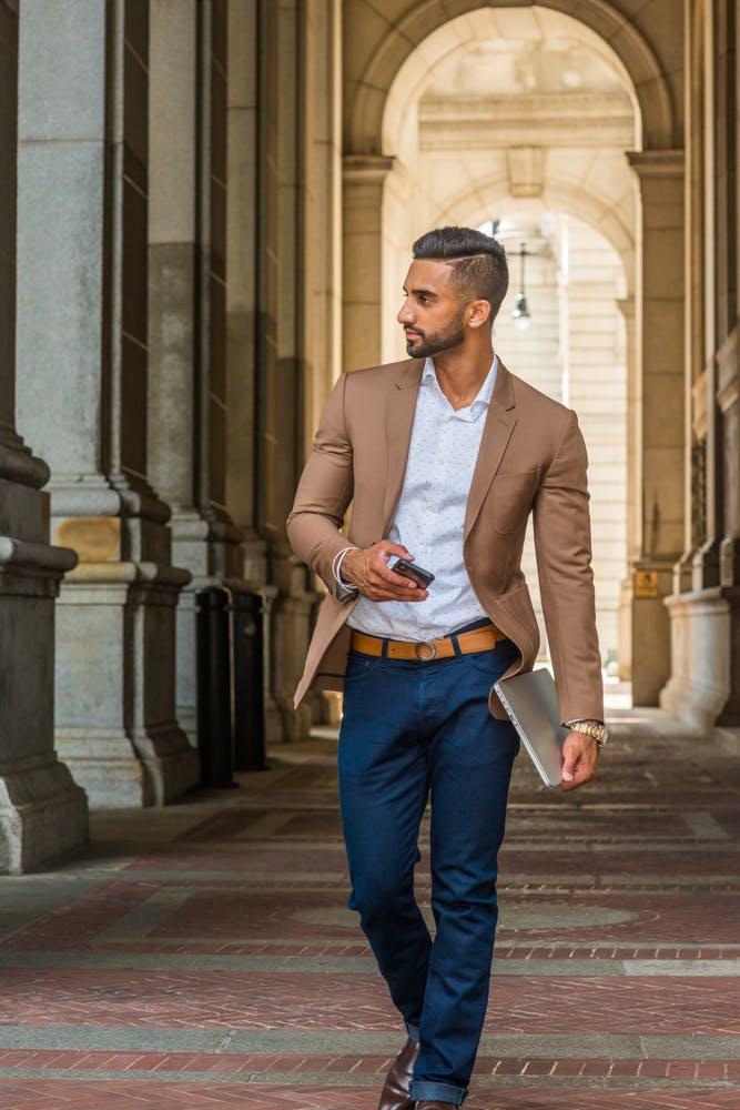 Homme portant un pantalon chino, une veste et une chemise dépareillés