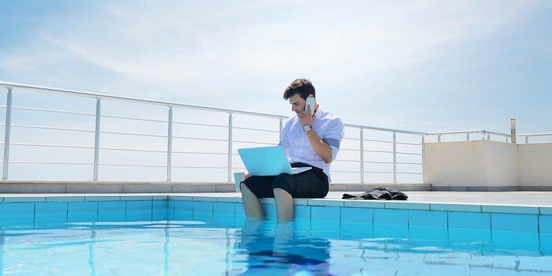 Cet été, 77 % des cadres français sont restés accros à leurs mails pros