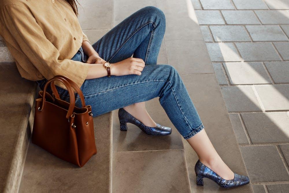 Femme portant un jean et des talons pour un entretien d'embauche