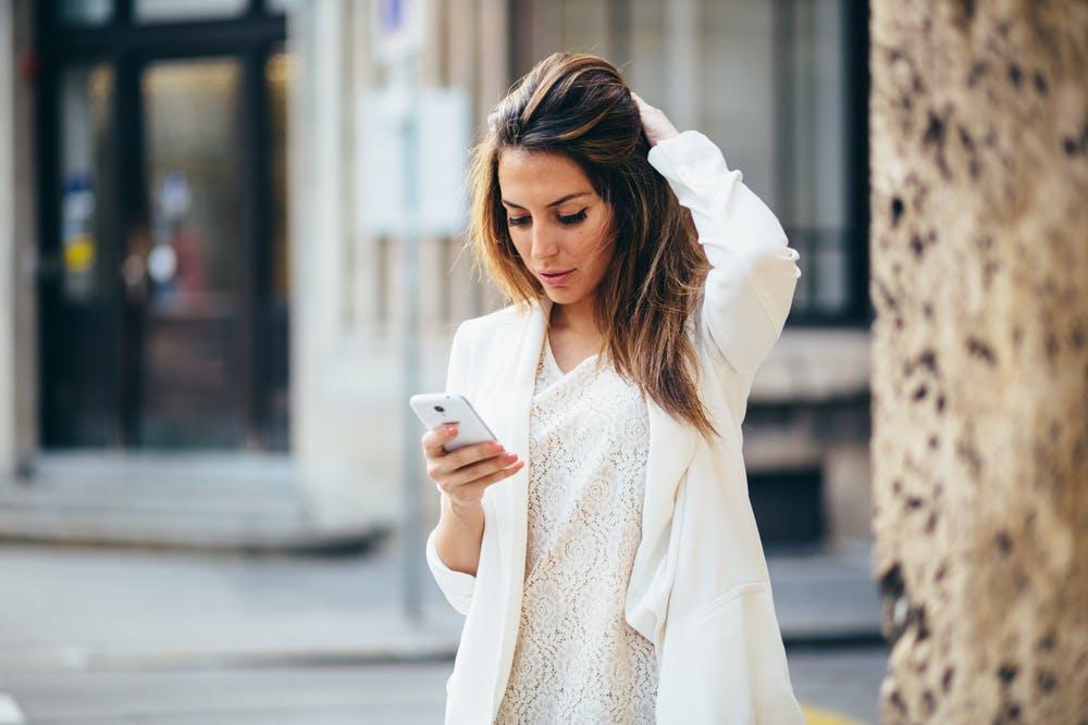 Femme portant un une blouse et une veste blanche