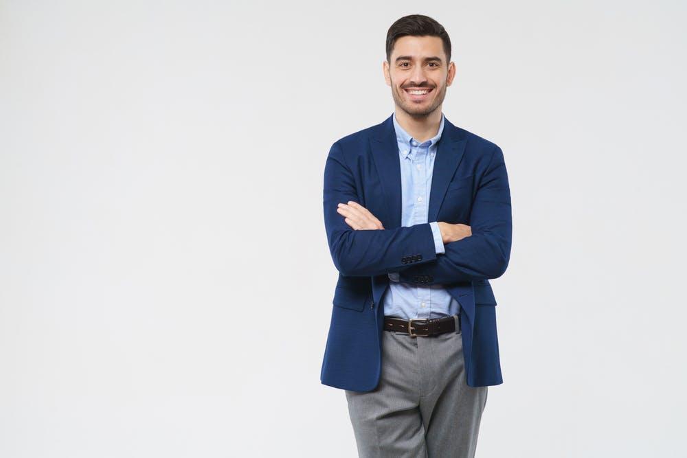 Homme portant une veste et chemises bleues et un pantalon gris