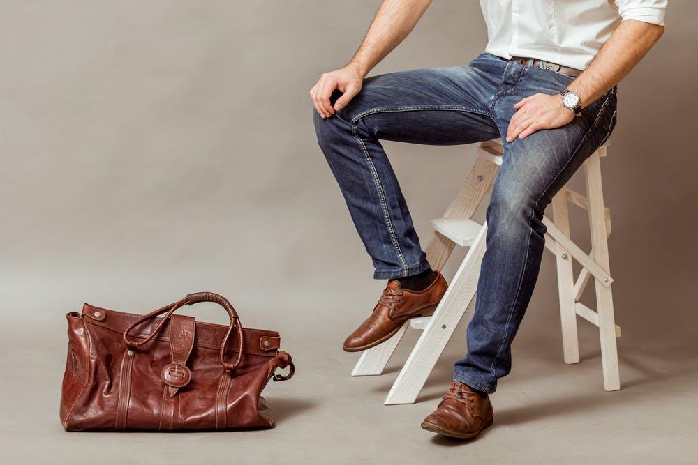 Homme portant un jean brut avec des chaussures de ville et une chemise blanche