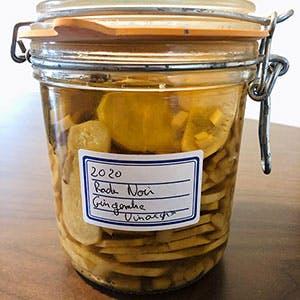 Bocal de radis noir au gingembre et vinaigre