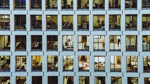 Bürogebäude mit Blick in die einzelnen Büros