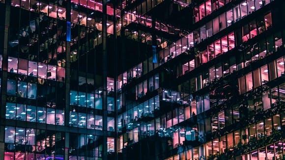 Bunte Glasfront eines Hochhauses