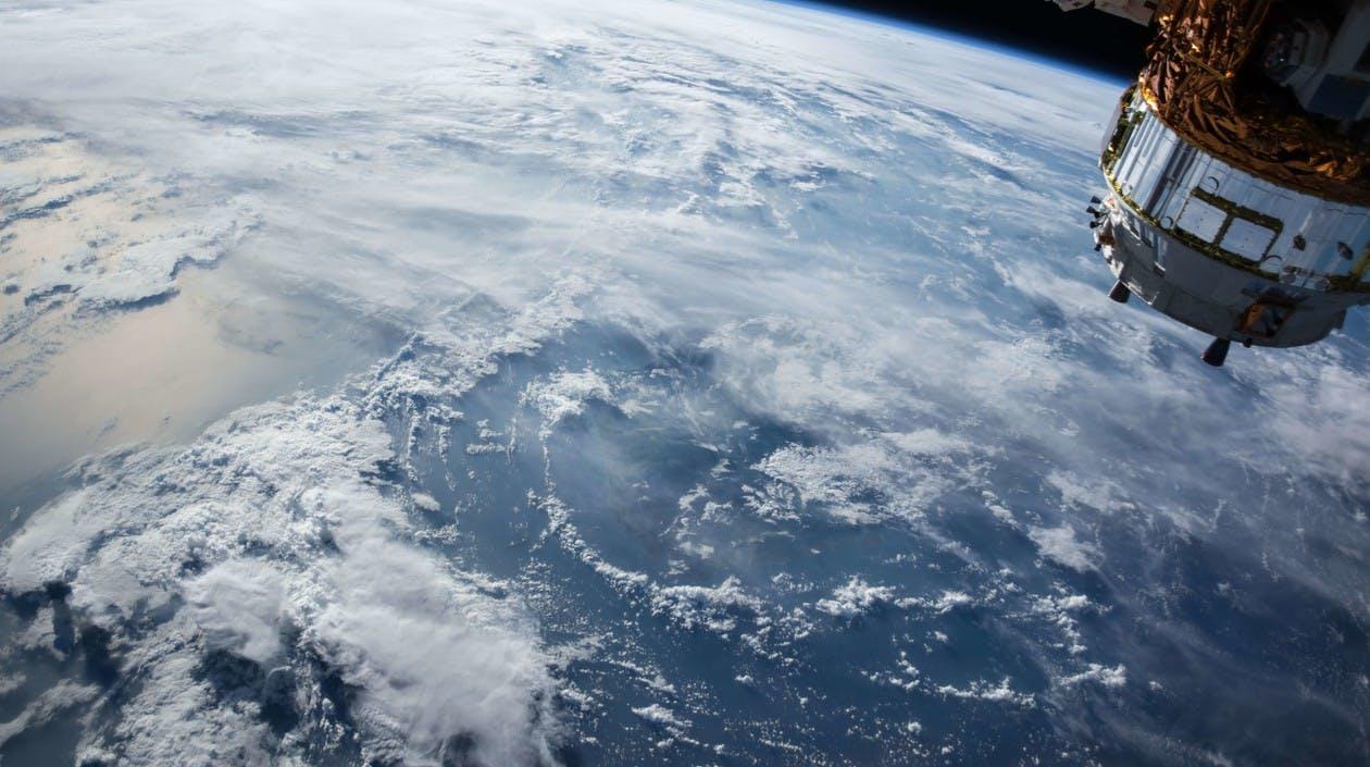 Satellit im Weltraum, Blick auf die Erde