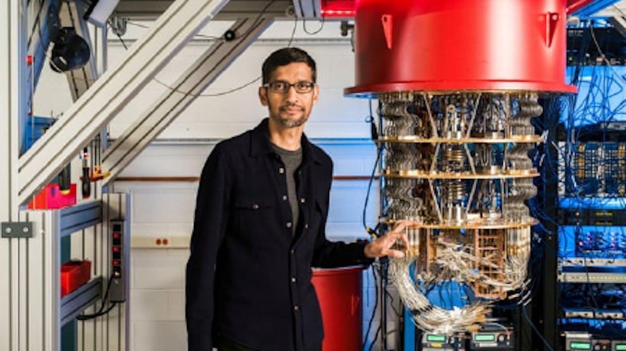 """Google-Chef Sundar Pichai präsentiert den """"Sycamore"""" in einem Labor des Konzerns"""
