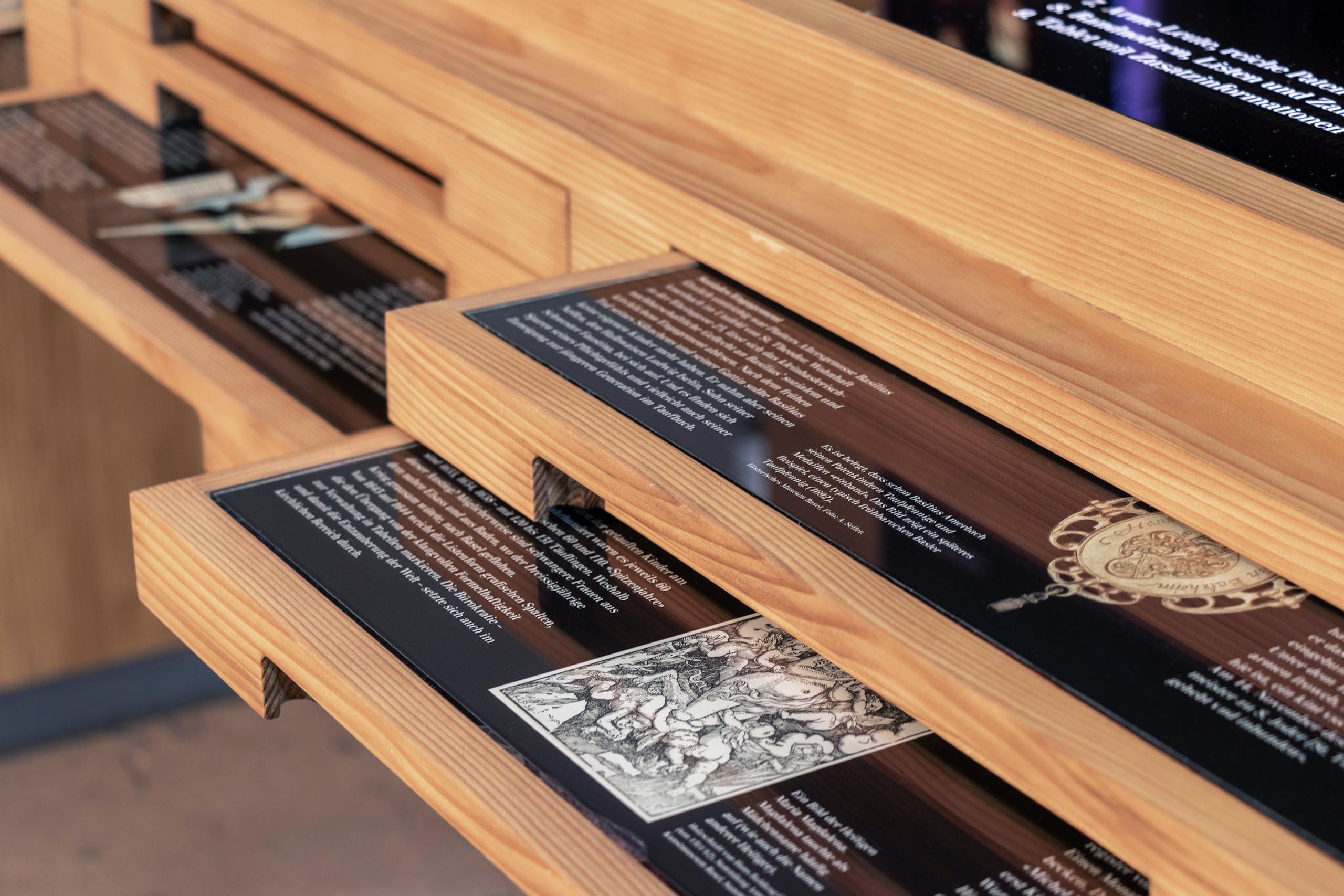 Cedric Kegreiss, Theodorskirche, Vitrine, Grafik, Design, Gestaltung, Basel, Taufbücher, Biebel, Buch, Ausstellung, Visual Design, Barbara Piatti