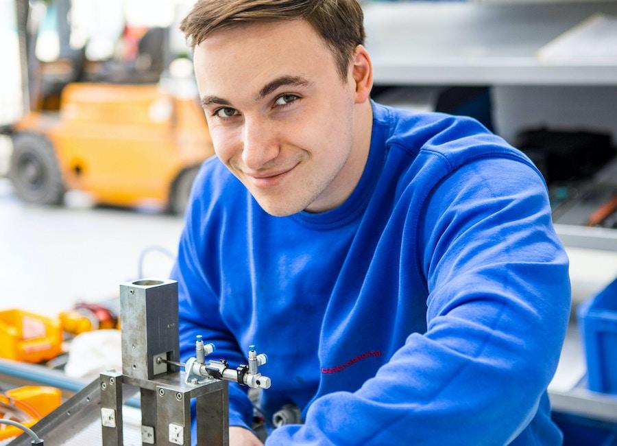 PHILIPP   Ausbildung zum Mechatroniker