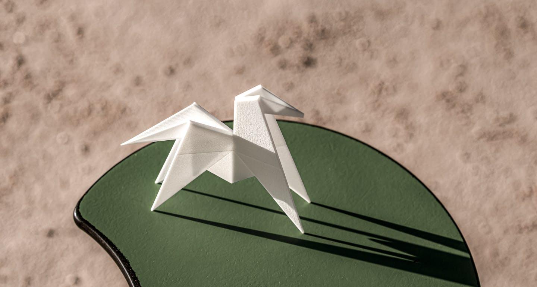Cheval blanc origami iconique de l'hôtel