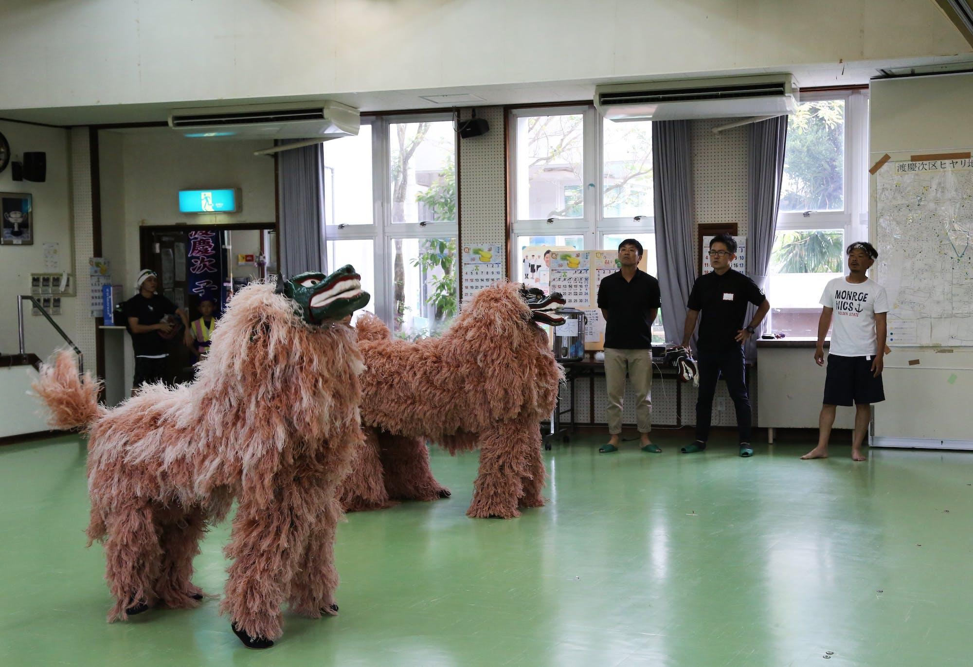 読谷村・渡慶次子ども獅子舞クラブの練習風景 photo:當麻妙