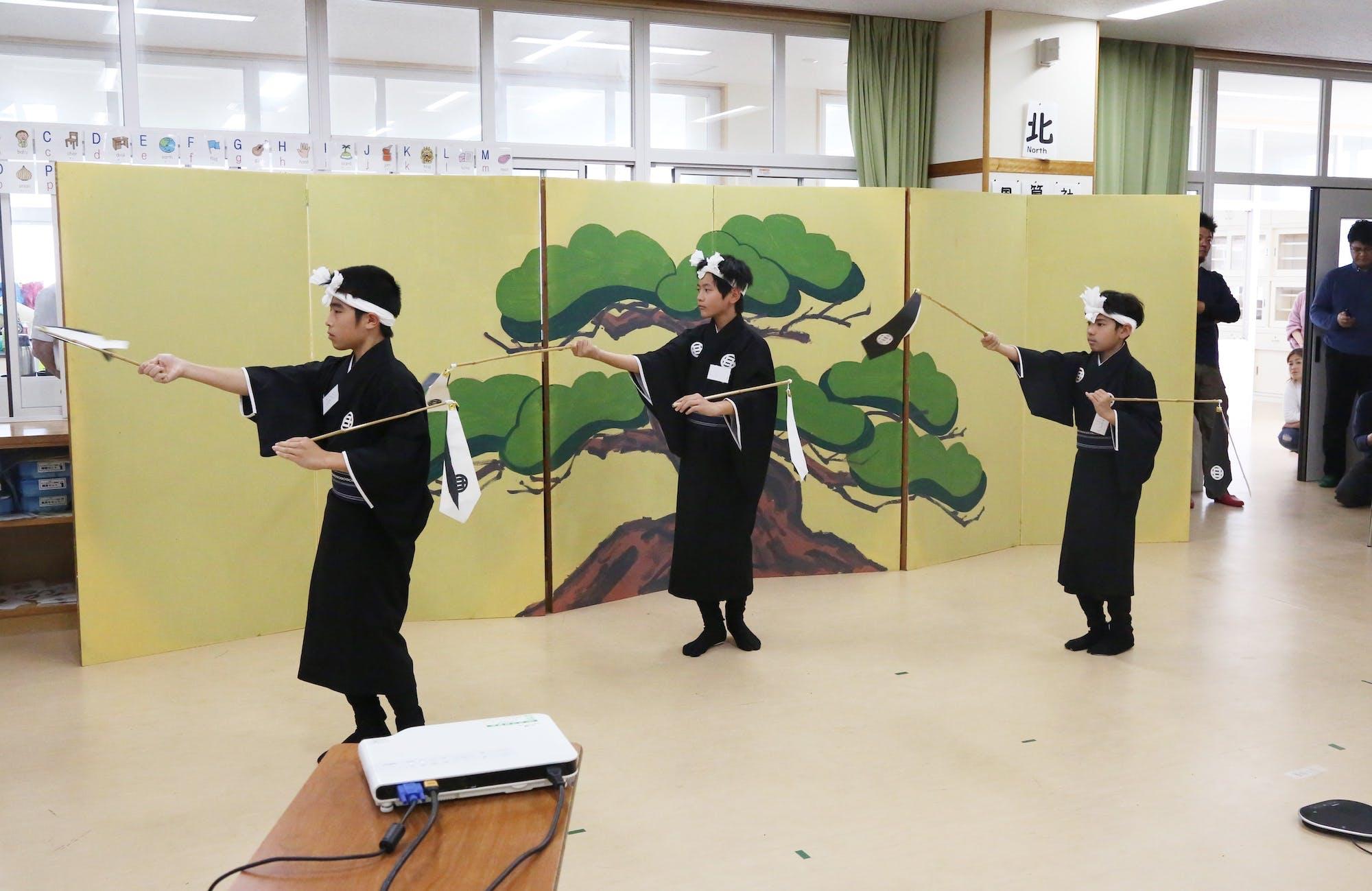伊江小学校×坂元小学校 子ども芸能交流会(「ゼー」を持ち踊る) photo:當麻妙