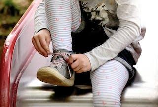 Lacer ses souliers sur toboggan