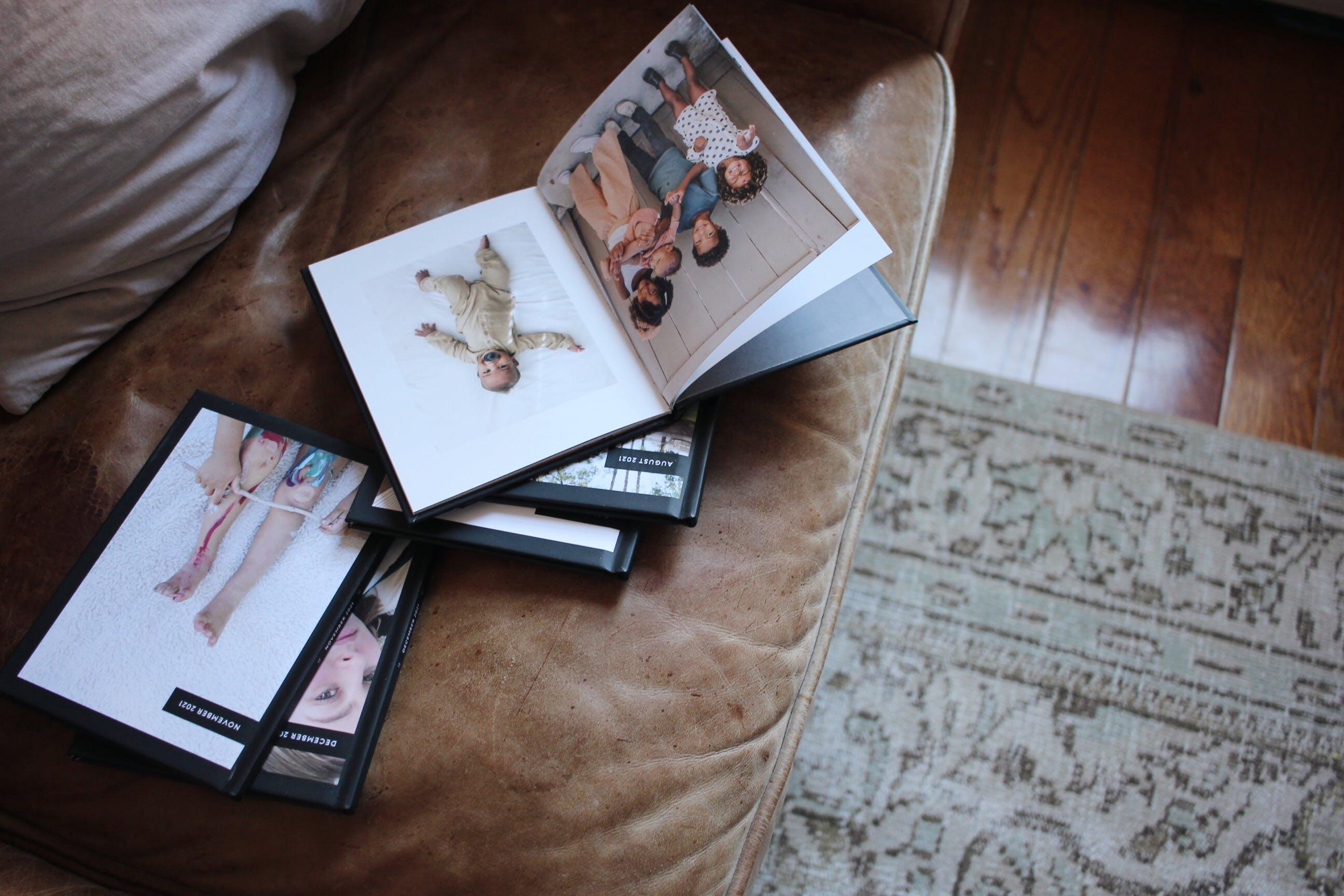 Monthbooks on ottomann