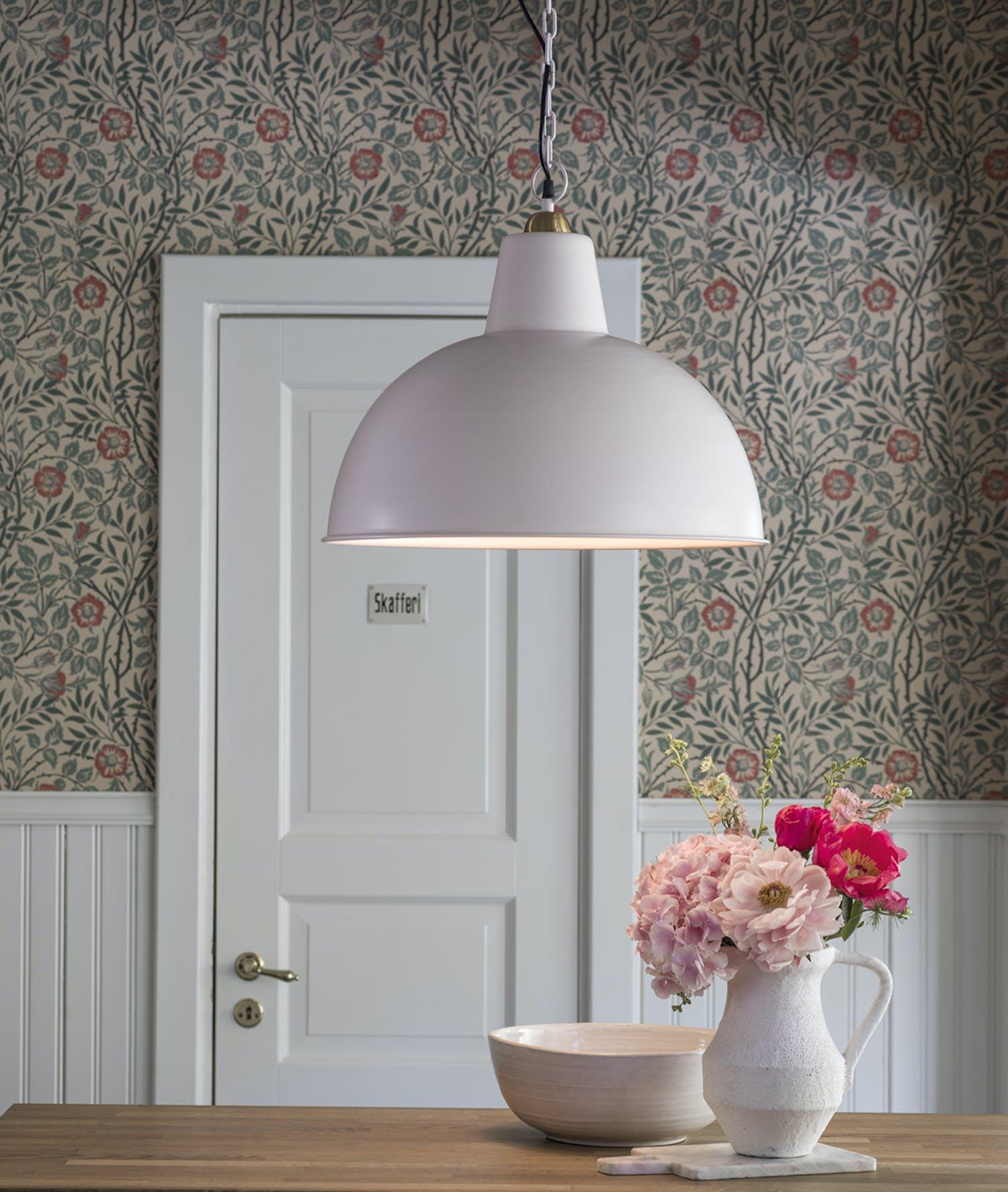 Rosa taklampa i hemmiljö