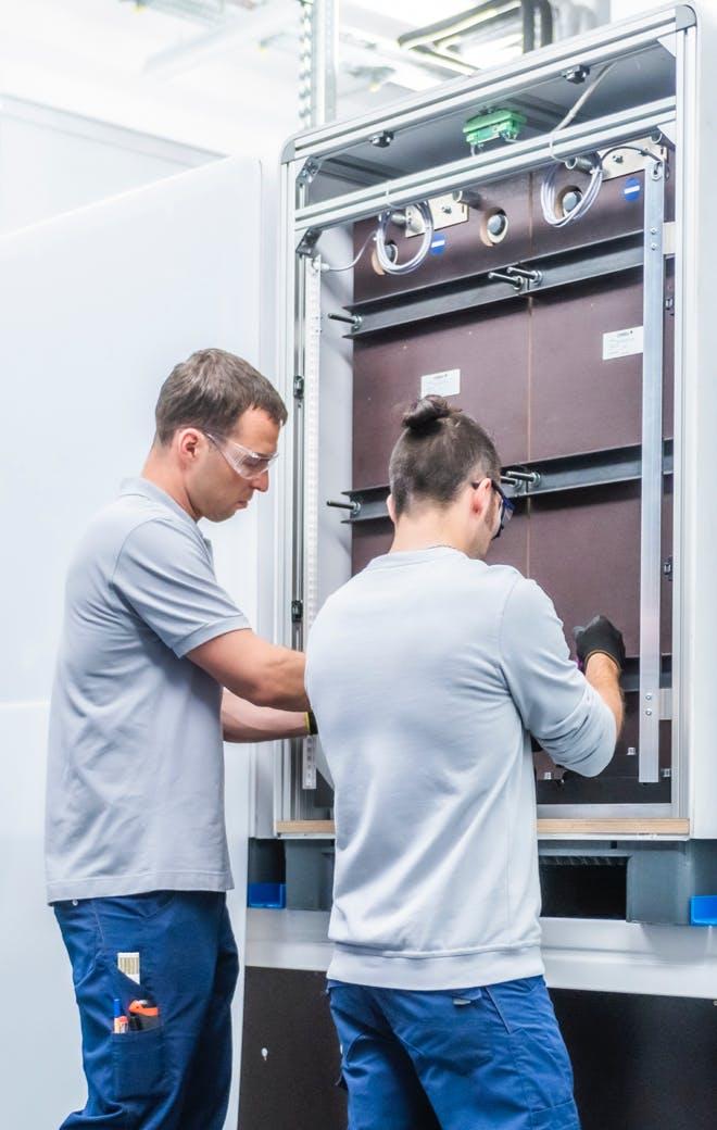 Mitarbeiter in Produktion und Forschung bei CMBlu Energy AG.