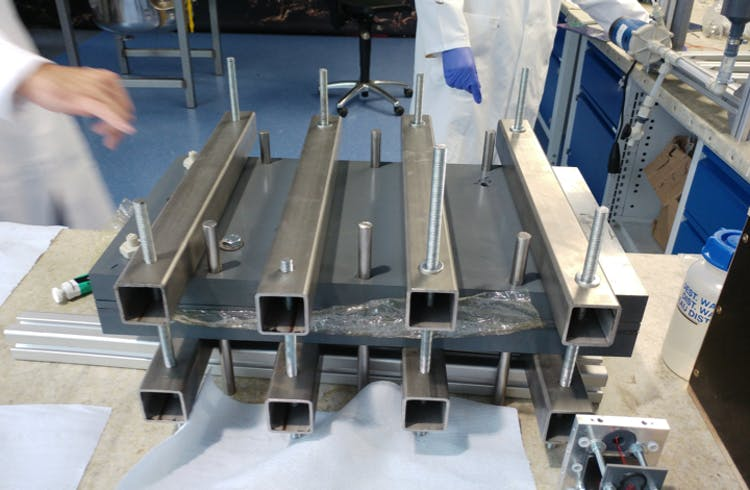 Experimenteller Batterieaufbau im Labor der CMBlu Energy AG.