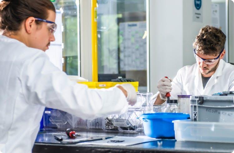 Zwei Forscher bei der Arbeit im CMBlu-Labor.