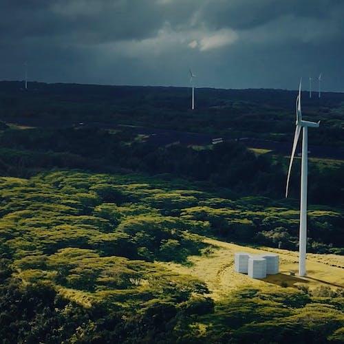 Grüne Batterien in Kombination mit Windkraft.
