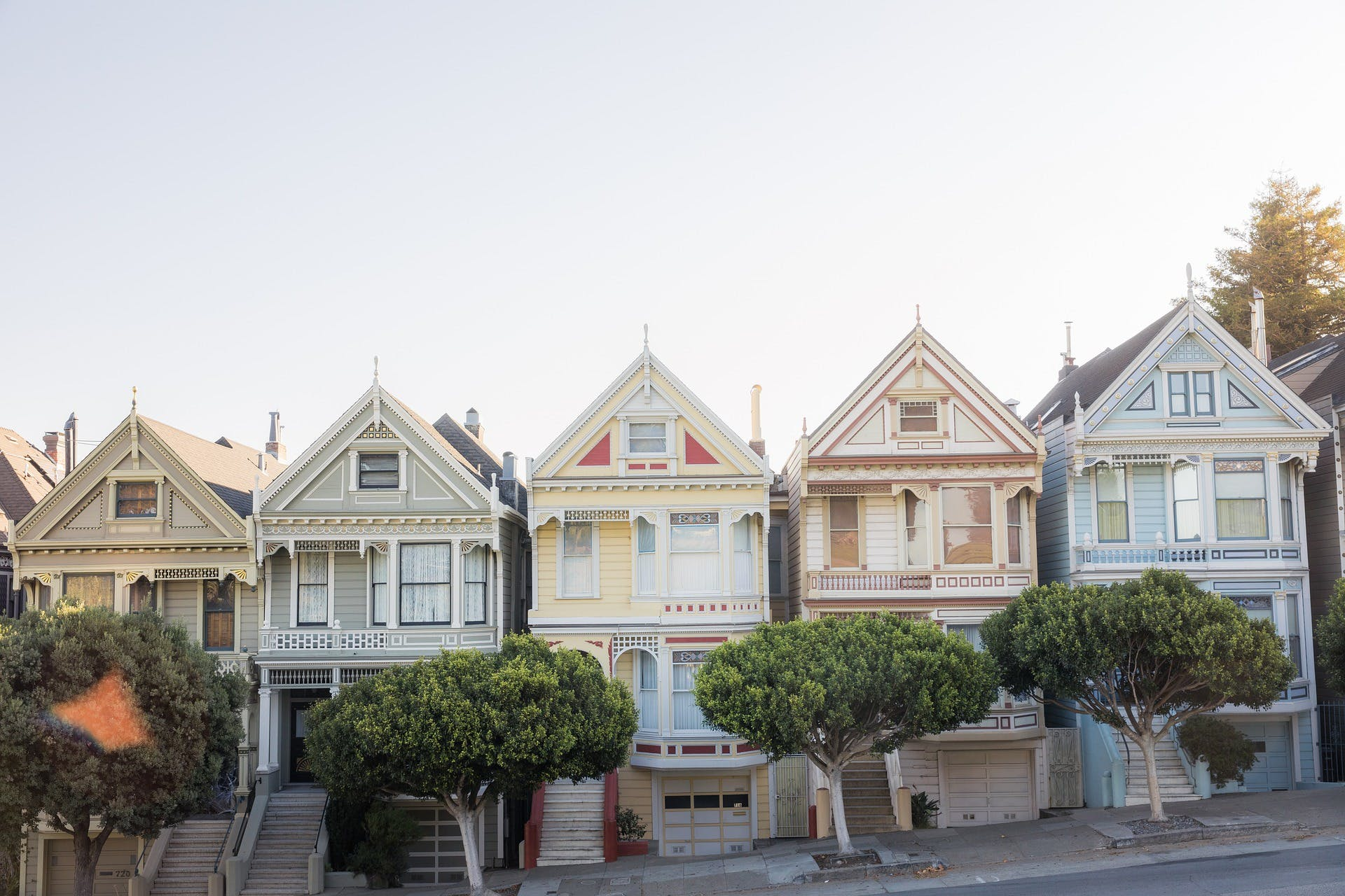 Houses going up the hill in San Francisco, photo by Pixabay