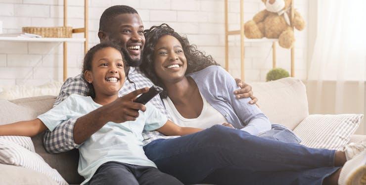 Família se diverte enquanto assiste TV