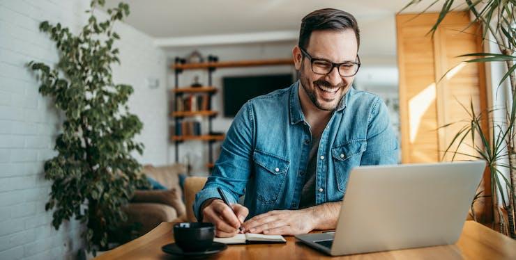 Homem sorrindo trabalhando de casa