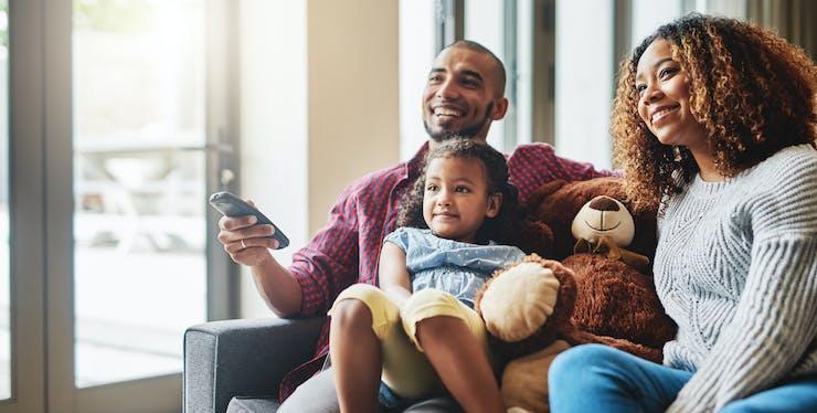 Família assistindo filmes na TV
