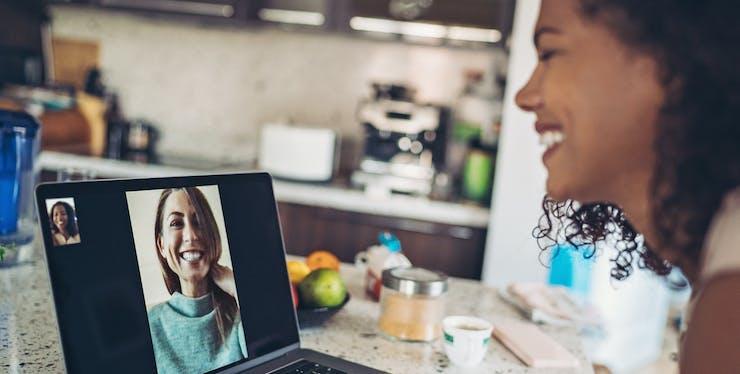 Mulheres conversando através de videoconferência