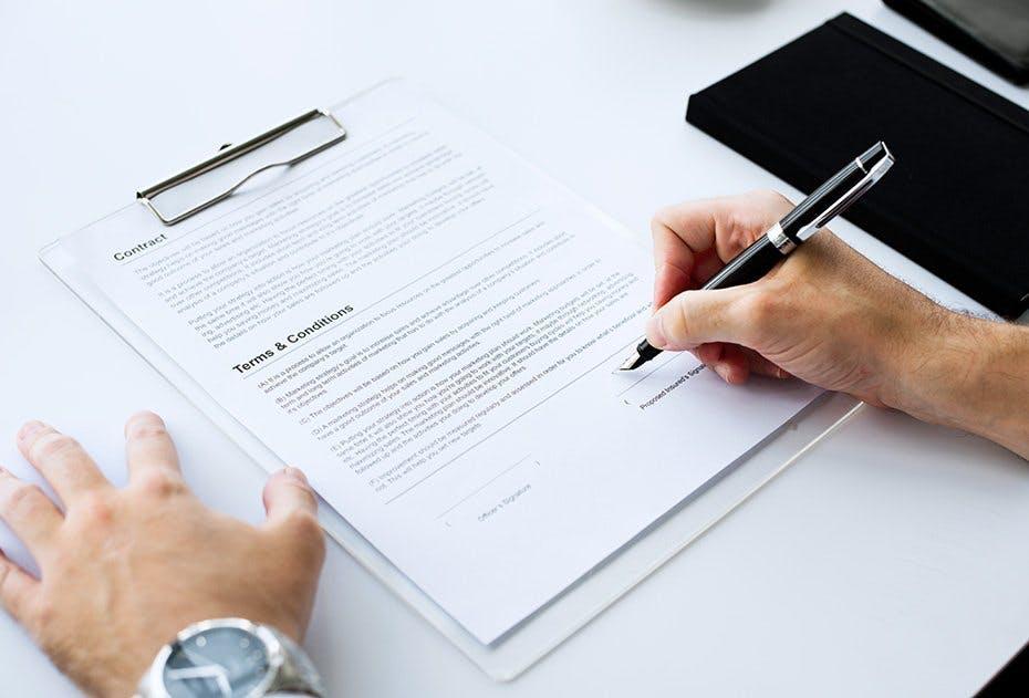 Bei Mietverträgen herrscht die Formfreiheit. Trotzdem unterschreiben wir sie üblicherweise vor Hand. Die Vermieter wollen das Risiko nicht eingehen, dass im Falle eines Rechtsstreits die Beweiskraft fehlt. © Rawpixel