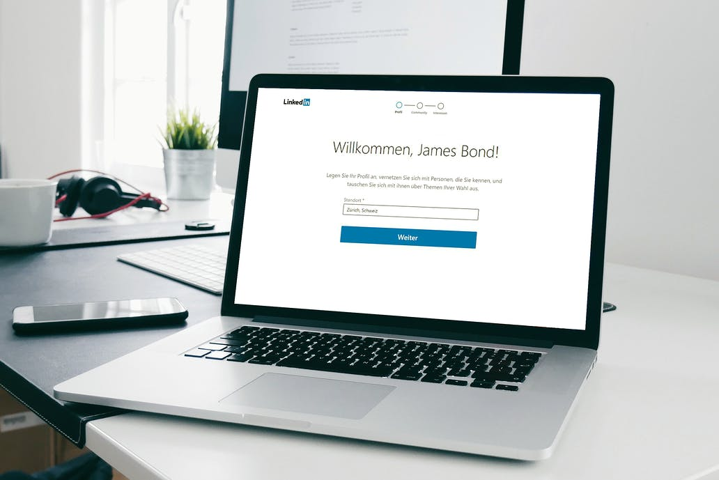 Bei den meisten Online-Anbietern ist es möglich, sich unter falschem Namen zu registrieren – beispielsweise bei LinkedIn. (Quelle: Skribble, © Unsplash)