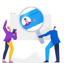 Eine Frau und ein Mann stehen vor einem grossen Softwarefenster und der Mann haltet eine grosse Luppe mit einer Identitätskarte drin.