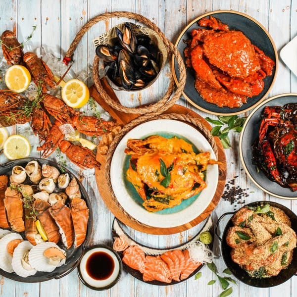 different types of Asian seafood dish on the table, from chilli crab, black pepper crab, salted egg crab, cereal prawn, clams, lobster