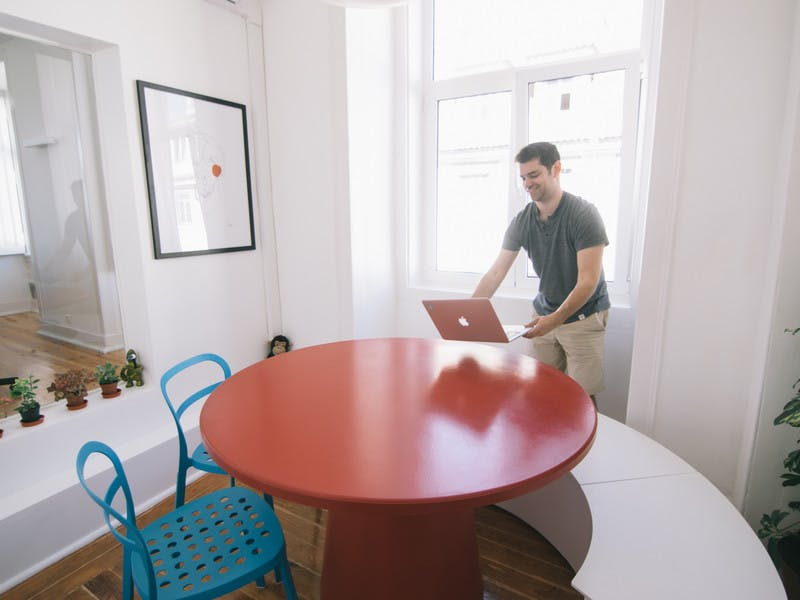Meeting rooms by the hour for up to 5 people in central Lisbon at Cais or Príncipe Real