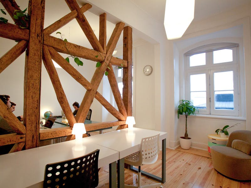 Temos algumas salas encantadoras para escritórios privativos disponíveis para pequenas equipas incluindo tudo o que necessitarem