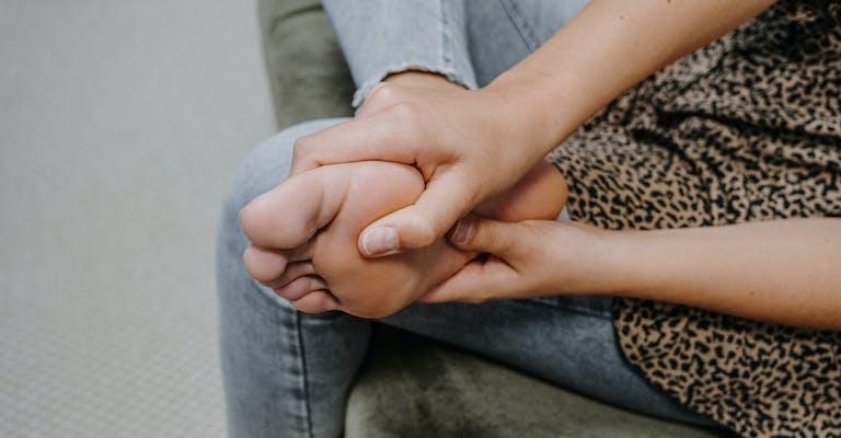 Schmerzende Füße - wie helfen Faszienübungen?