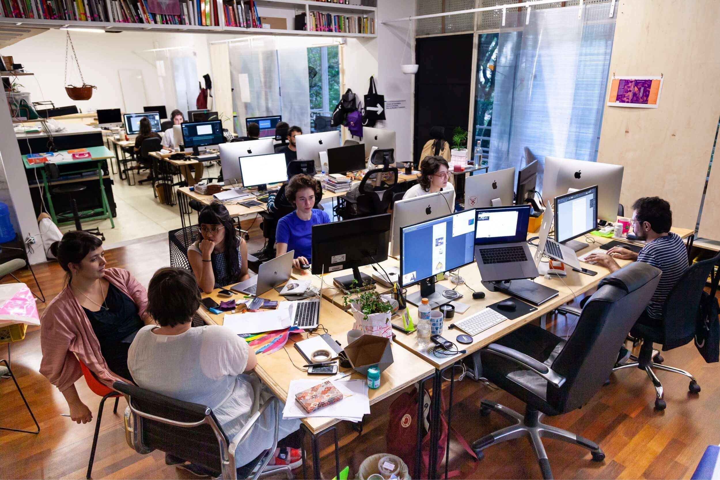 Equipe no Platô. Na foto: Elisa, Julia, Karina Aoki (parceira), Sofia Tomic (ex-estagiária), Beatriz Dorea (ex-assistente) e Alexandre Mendes (assistente). Foto por Rodrigo Lins.