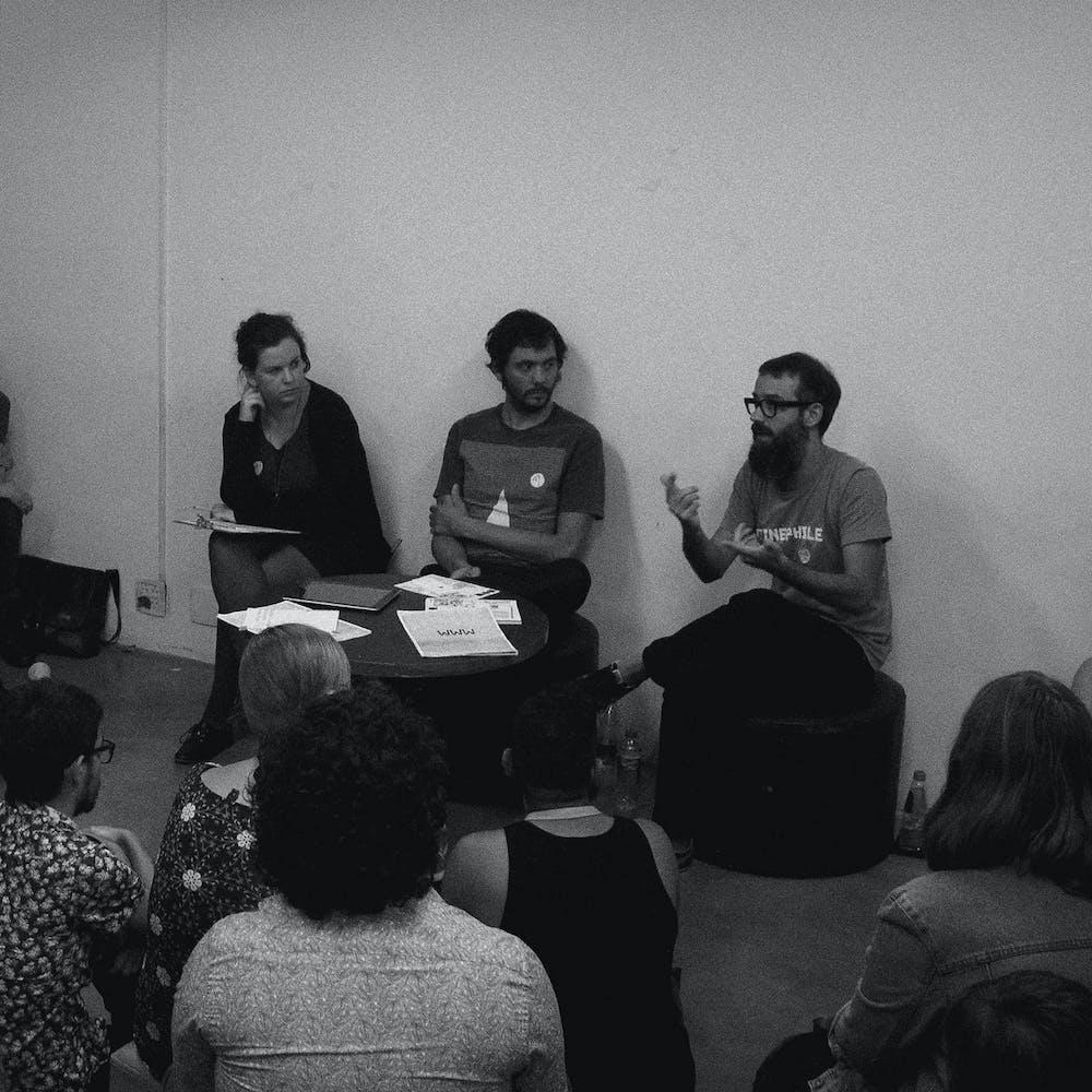 Imagem de fotografia do encontro de A Escola Livre com Celso Longo, Daniel Trench e Tereza Bettinardi.