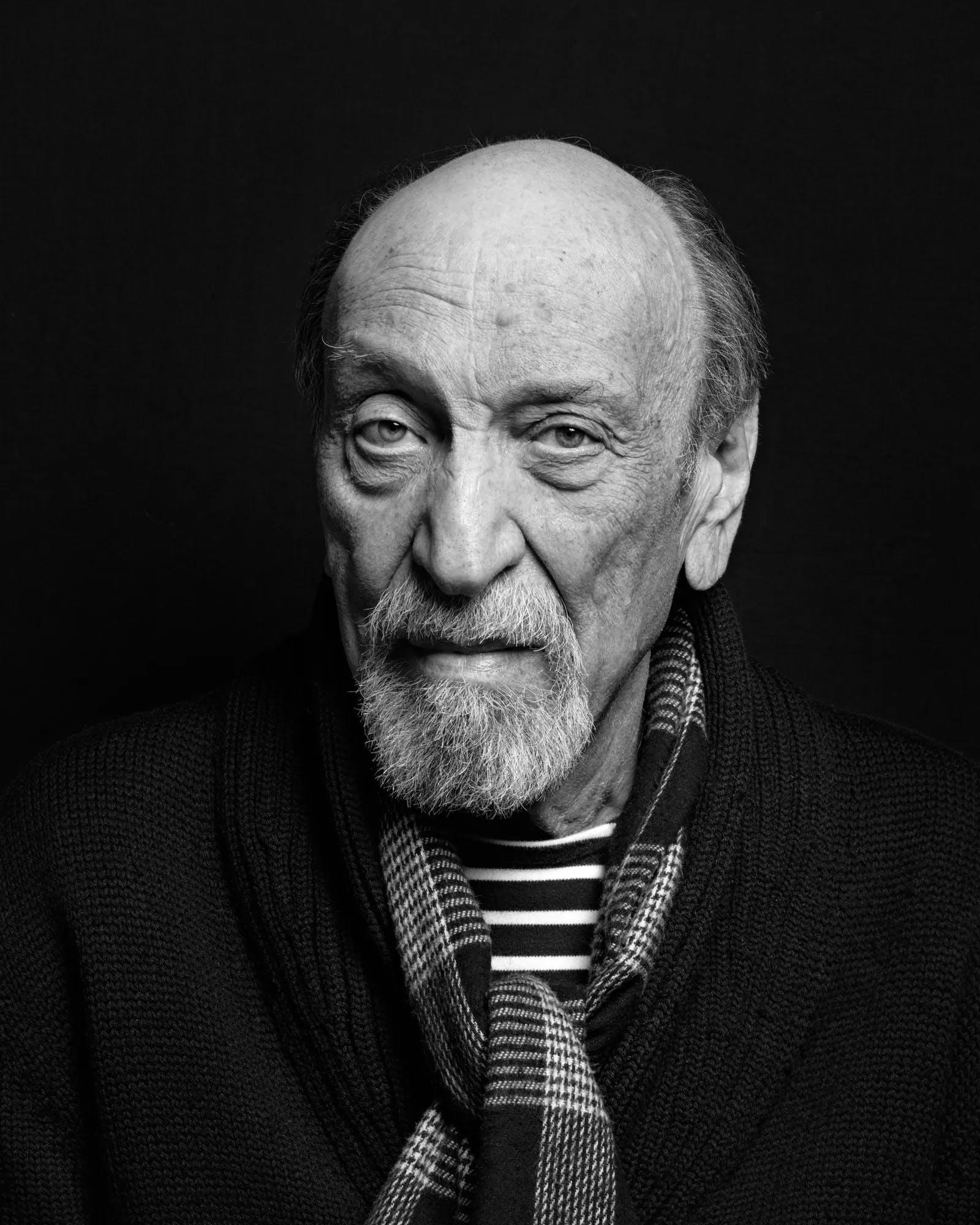 Retrato de Milton Glaser, em preto e branco, olhando para a câmera.