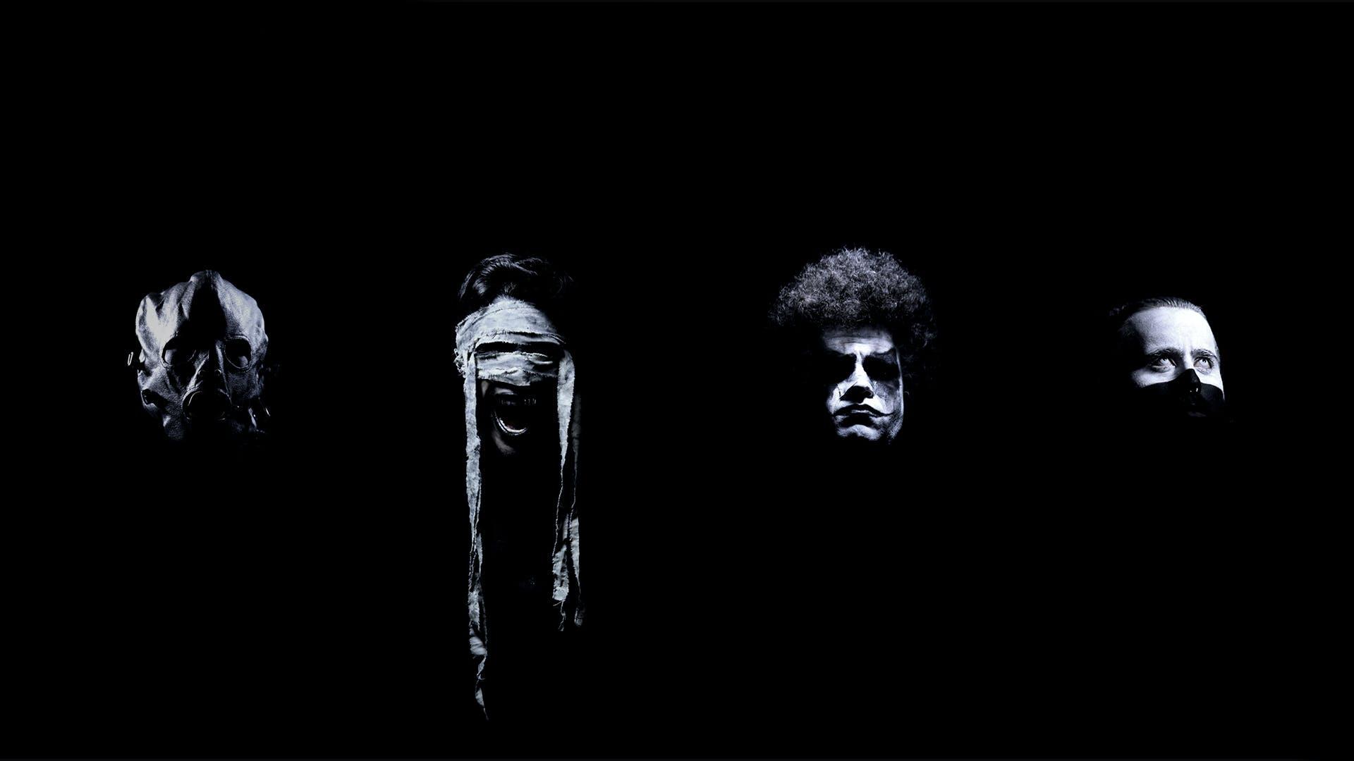 Caras de los miembros de la banda usando disfraces.