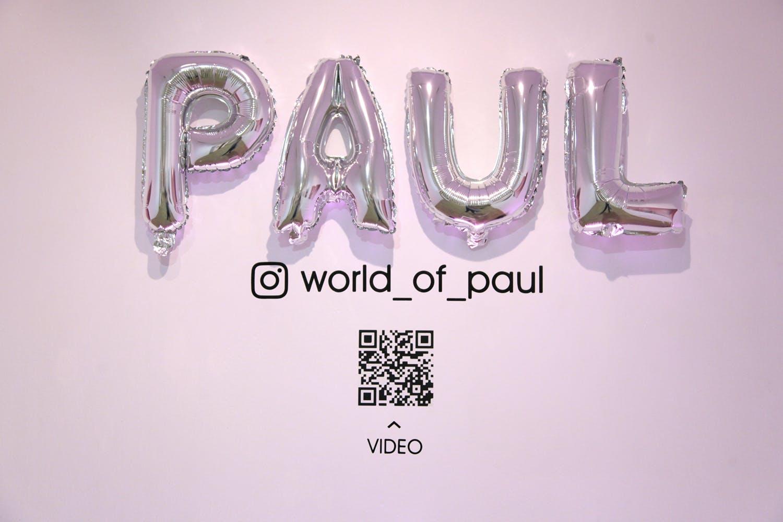 Pared con globos que deletrean el nombre Paul.
