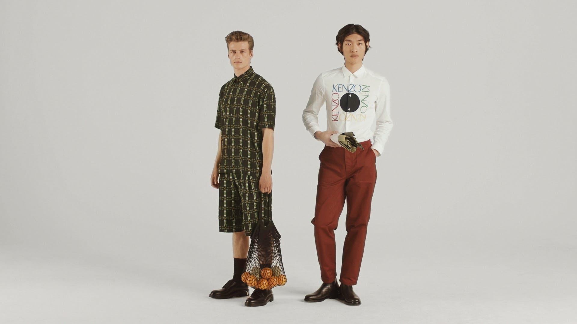Dos modelos masculinos de moda posando.