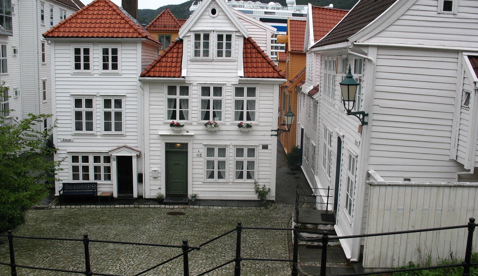 Brosteinsbelagte bakgater i Bergen ©Z  O, Pixabay