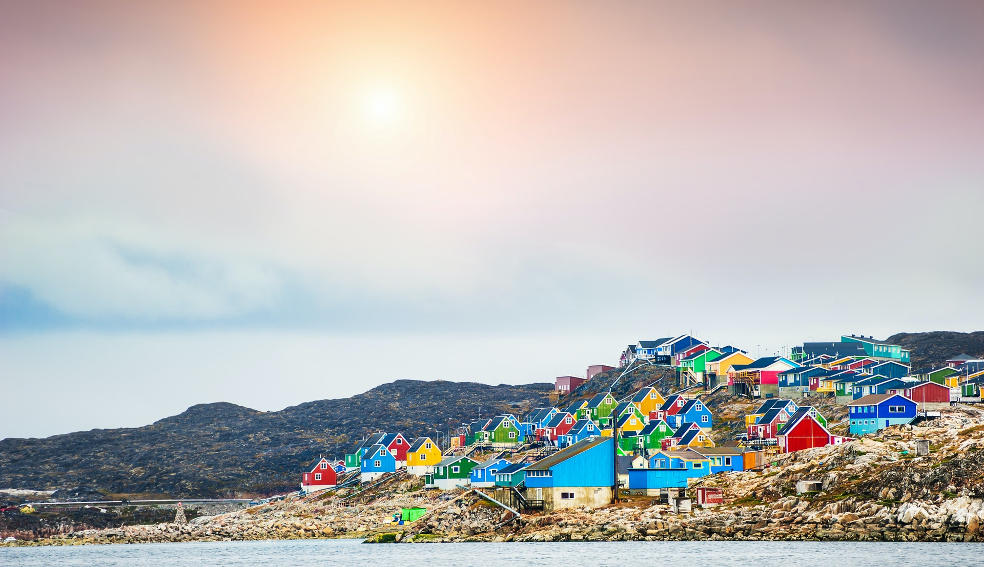 Grønland i midnattssol © Olga Gavrilova, Getty Images