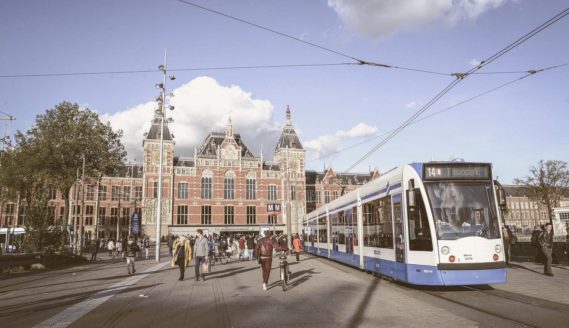Amsterdam Centraal og trikk ©Rudy and Peter Skitterians, Pixabay