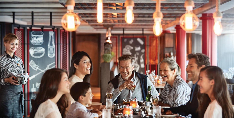 Om kvelden samles alle til familiemiddag i en av skipets mange restauranter.
