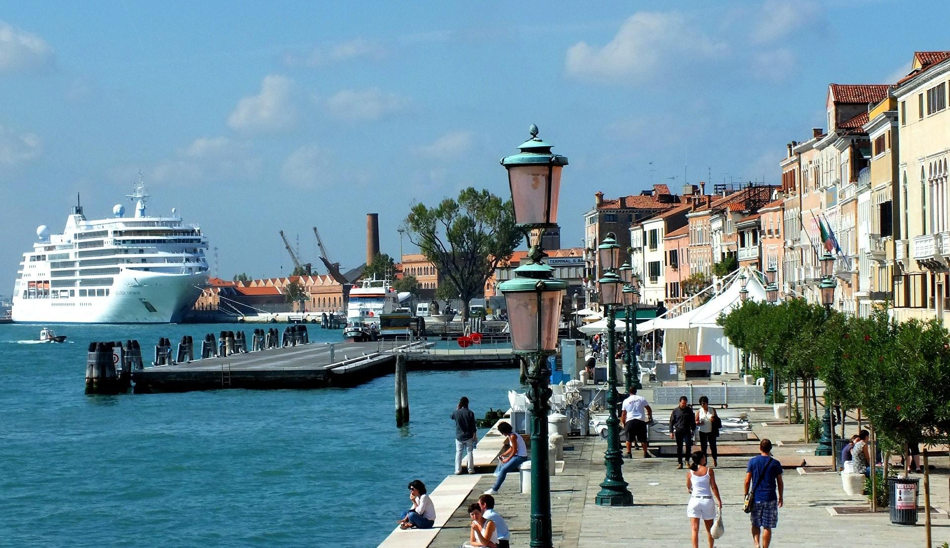 Cruiseskip til kai i Venezia © Edmund Hochmuth, Pixabay