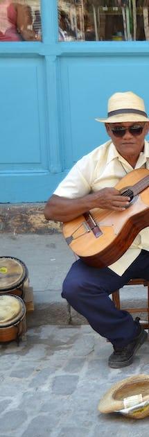 Lokale menn som spiller gitar på gata