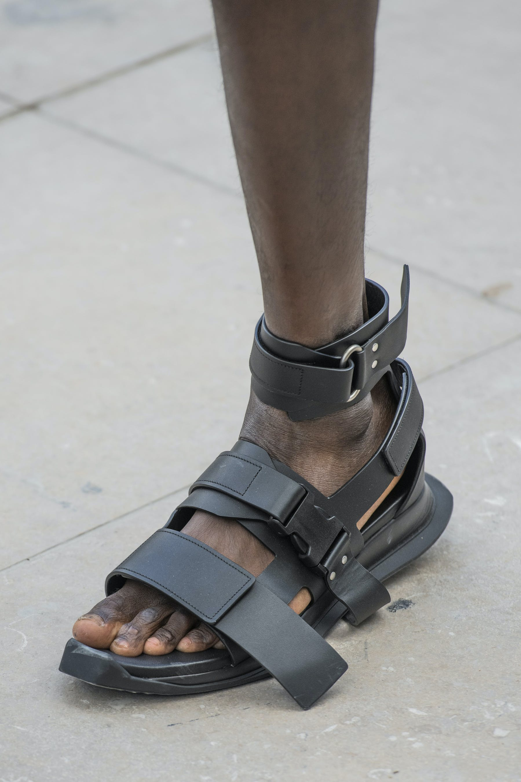 Rick Owens Runway Details Gladi Runner Sandals In Black Leather Front View Mens SS20 Tecautl