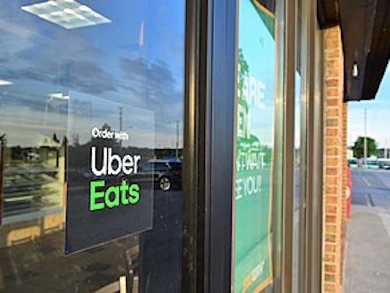 Fachada de restaurante com a placa de parceria Uber Eats