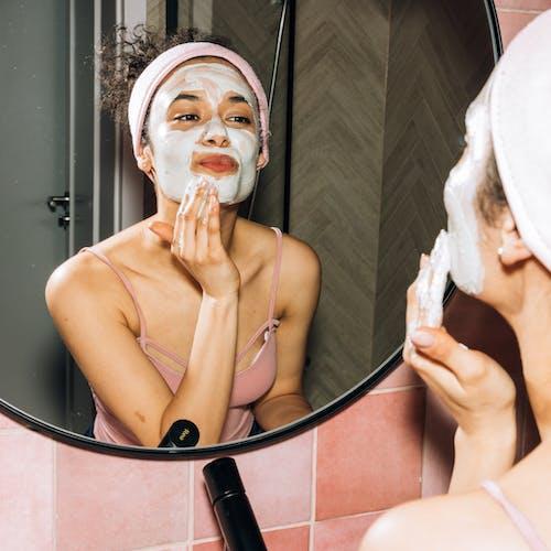 Mulher passando produtos de beleza
